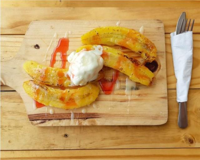 Desert Banana Split With Ice Cream - -